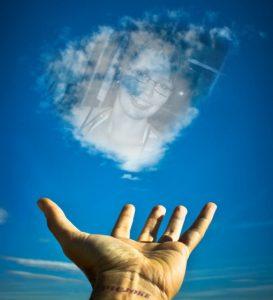 janine am himmel mit hand